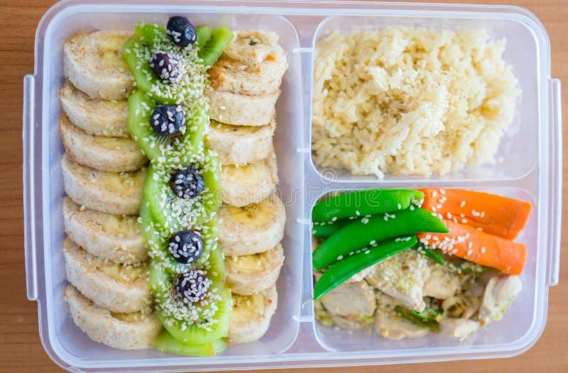 Panino dell'involucro del rotolo dell'insalata del pane con la bacca, lattuga, kiwi, banane e fagiolo, petto di pollo con riso su immagini stock libere da diritti