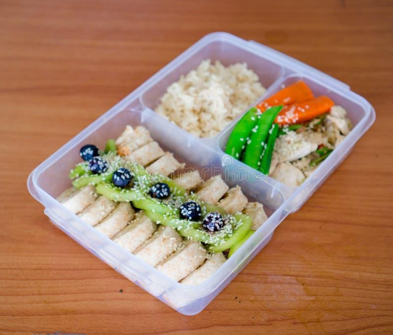 Panino dell'involucro del rotolo dell'insalata del pane con la bacca, lattuga, kiwi, banane e fagiolo, petto di pollo con riso su immagine stock