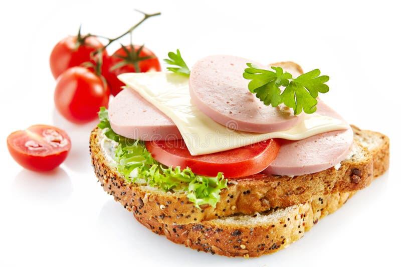 Panino della prima colazione con la salsiccia ed il pomodoro affettati fotografie stock libere da diritti