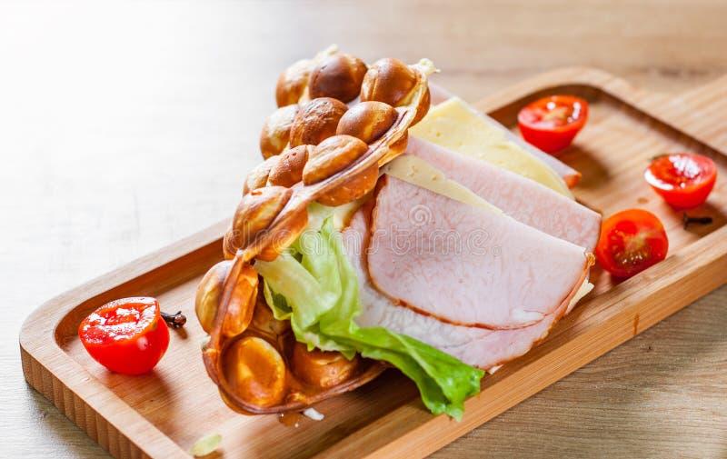 Panino delle cialde della bolla di Hong Kong con il prosciutto, il formaggio e le verdure sulla tavola di legno fotografia stock libera da diritti