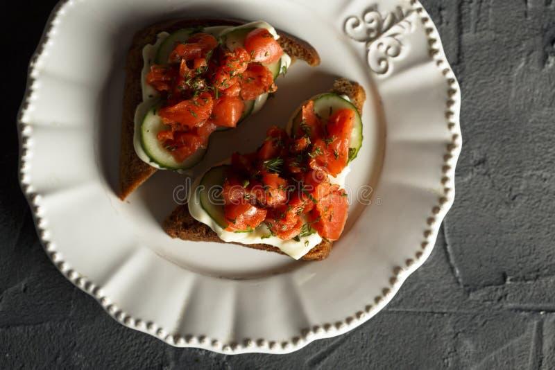 Panino di color salmone con formaggio cremoso ed il cetriolo fotografia stock libera da diritti