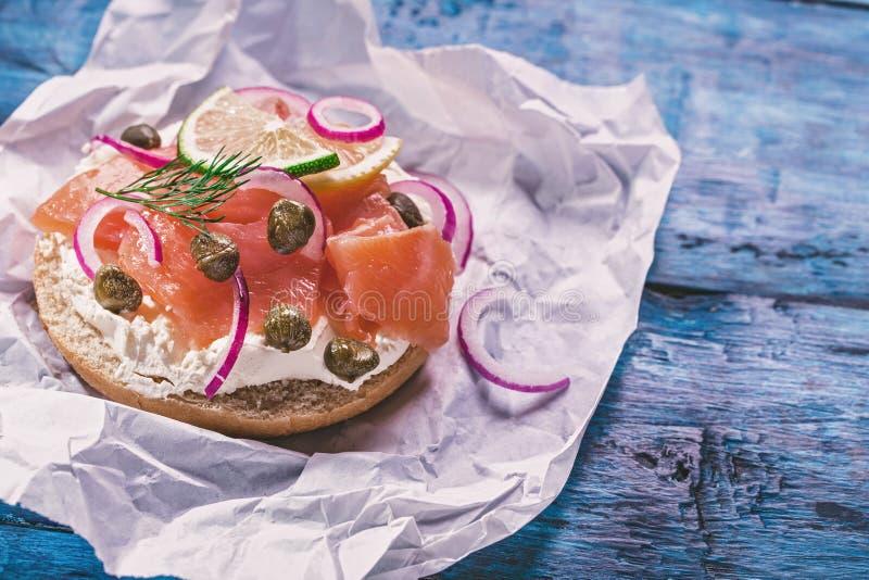 Panino di color salmone sul blu immagini stock