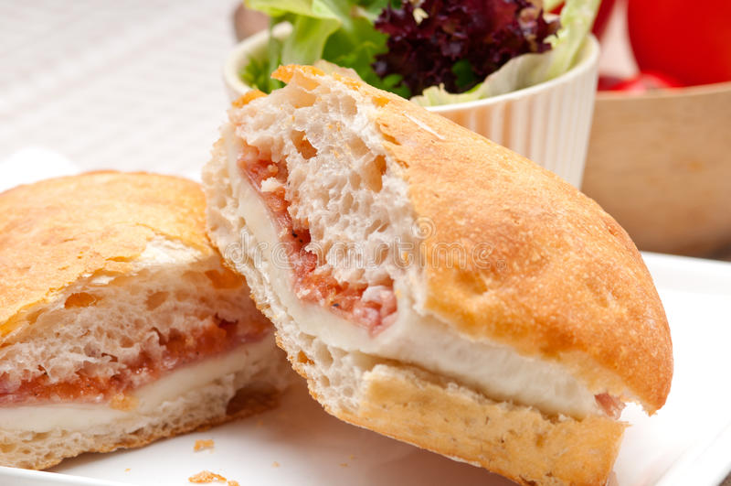 Panino di panini di ciabatta con il prosciutto ed il pomodoro di Parma immagine stock