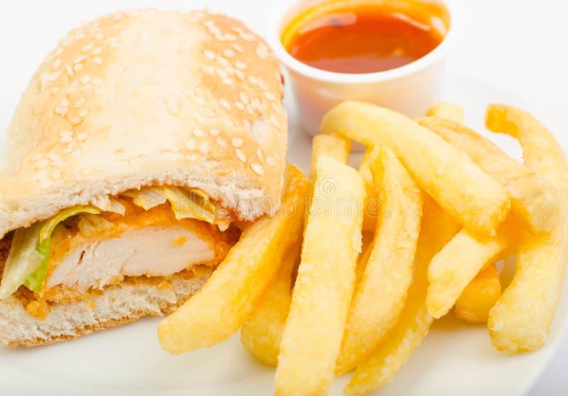 Panino di pollo con le fritture e la salsa immagine stock