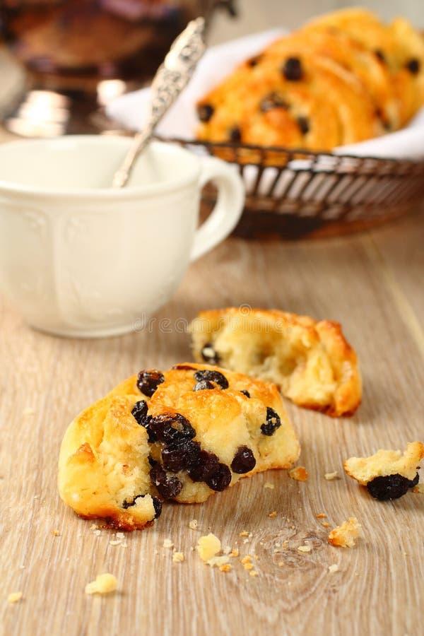 Panino dolce libero di turbinio del glutine fresco con l'uva passa fotografia stock