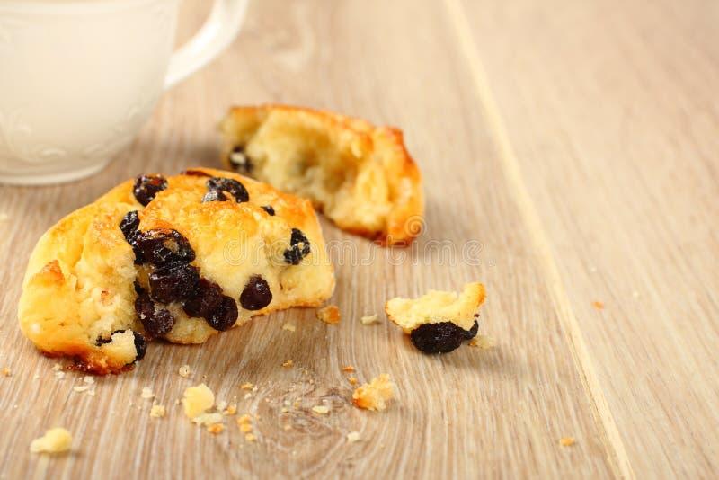Panino dolce libero di turbinio del glutine fresco con l'uva passa immagini stock libere da diritti
