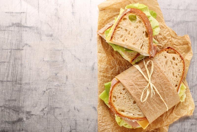 Panino fresco con il formaggio e la lattuga del prosciutto fotografie stock