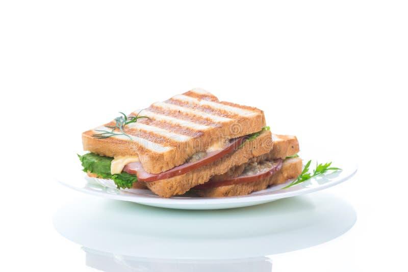 Panino fresco con le verdure, il bacon ed il formaggio su un bianco fotografia stock libera da diritti