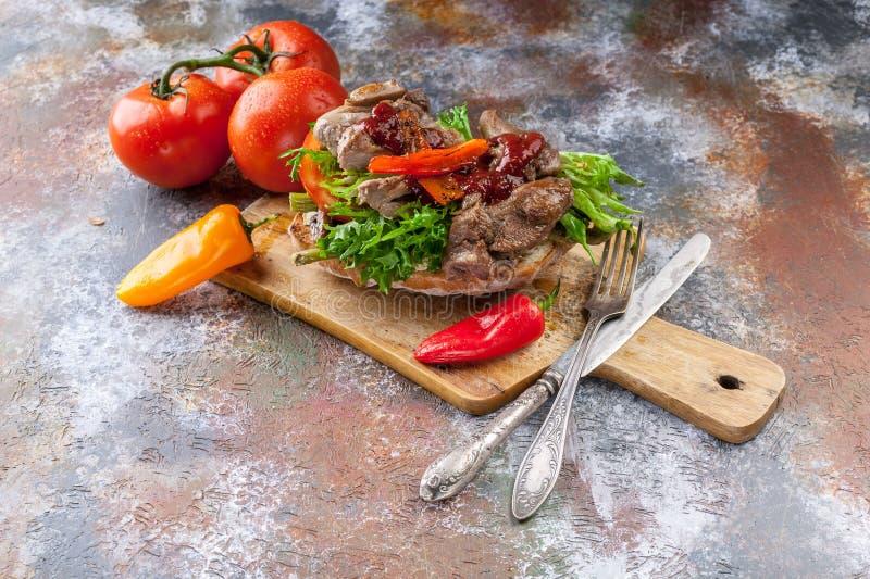 Panino grigliato con carne di tacchino, asparago fritto, i funghi, i peperoni, i pomodori ed i verdi fotografia stock libera da diritti