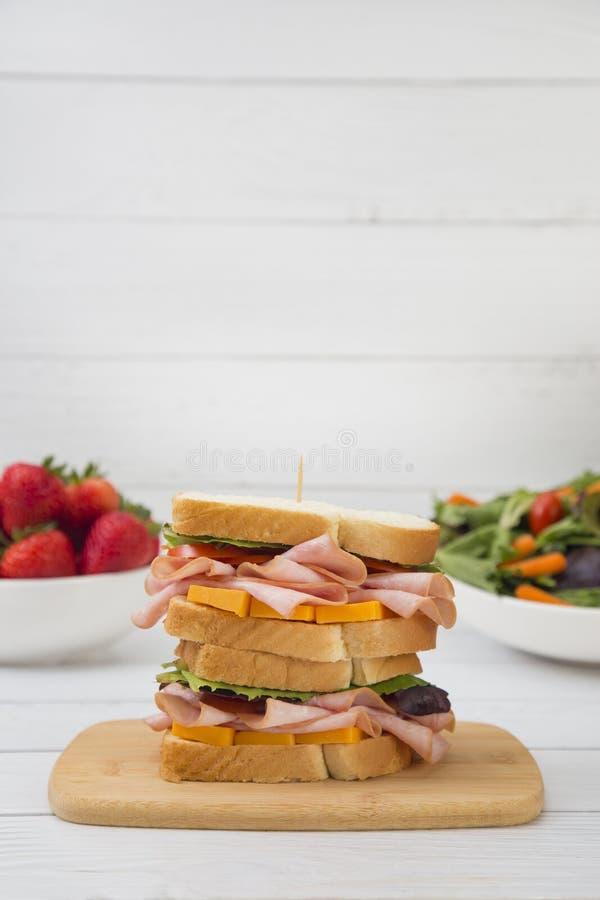 Panino impilato del formaggio e del prosciutto fotografie stock