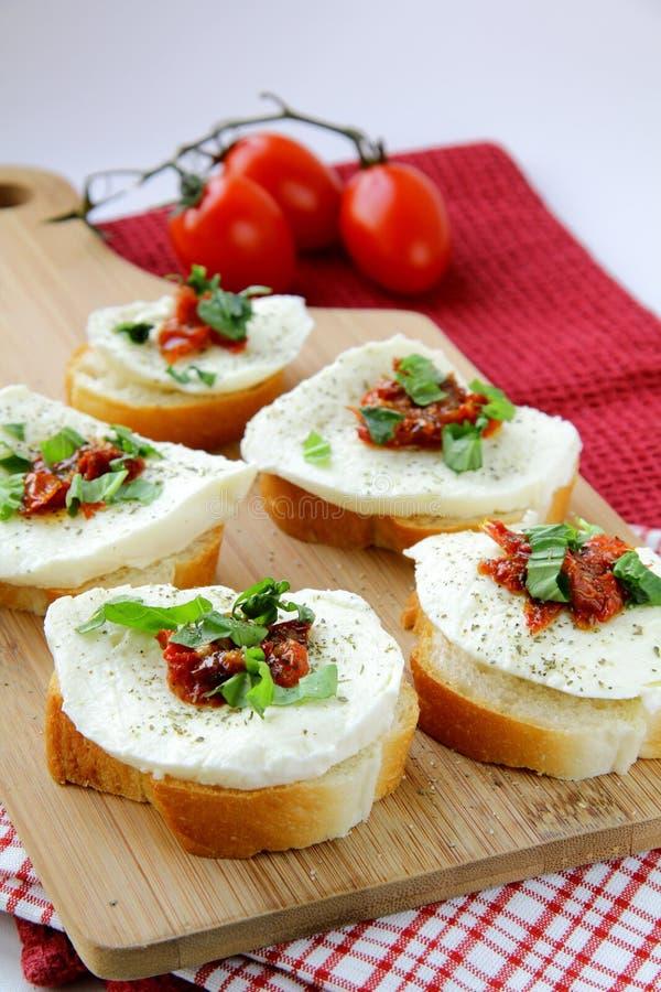 Panino italiano con il basilico ed il pomodoro della mozzarella fotografie stock libere da diritti