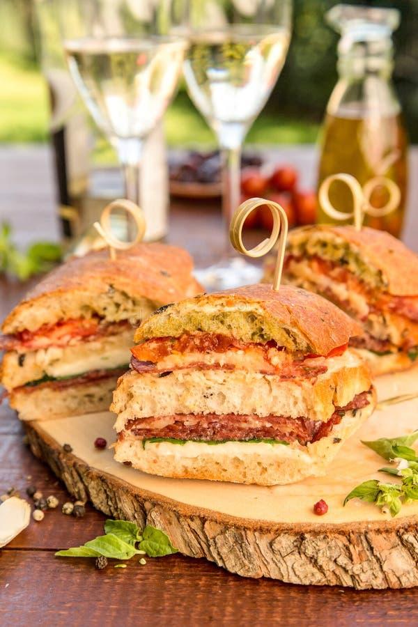 Panino italiano gastronomico del salame fotografia stock
