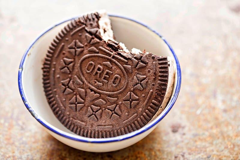 Panino Oreo del gelato - i biscotti del panino aromatizzati cioccolato hanno riempito di gelato di sapore della vaniglia con il b fotografie stock