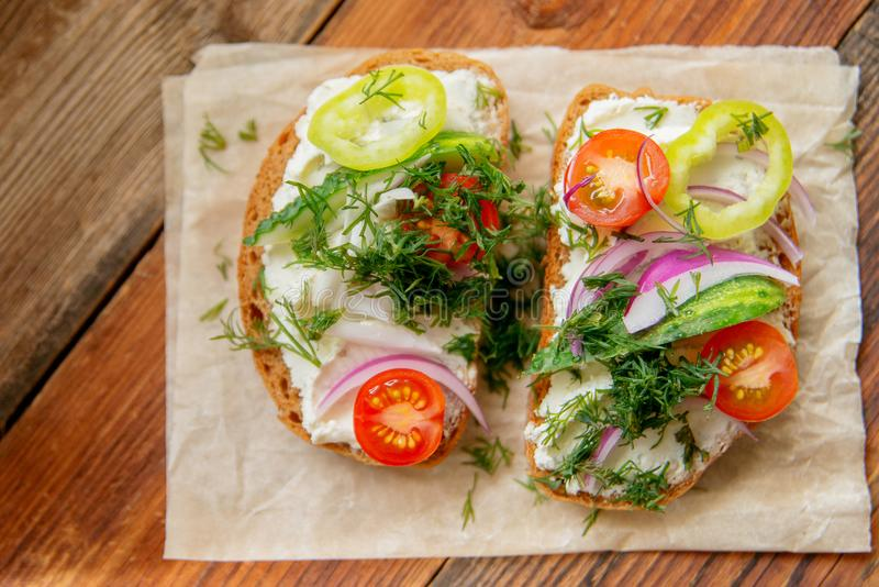 Panino sano con formaggio, ravanello del giardino - cibo sano immagini stock libere da diritti