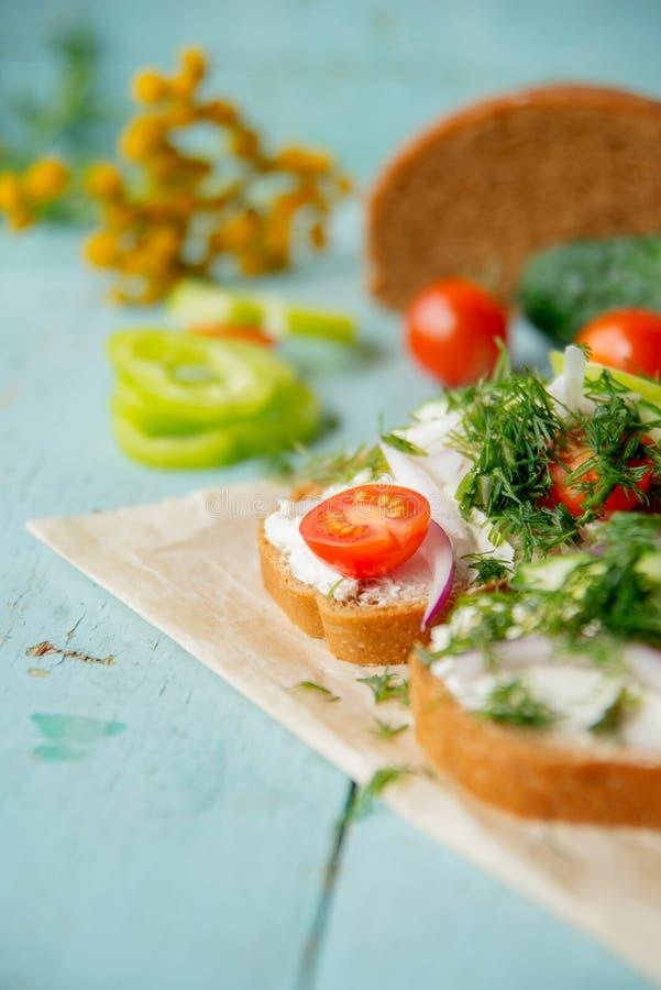 Panino sano con formaggio, ravanello del giardino - cibo sano immagini stock