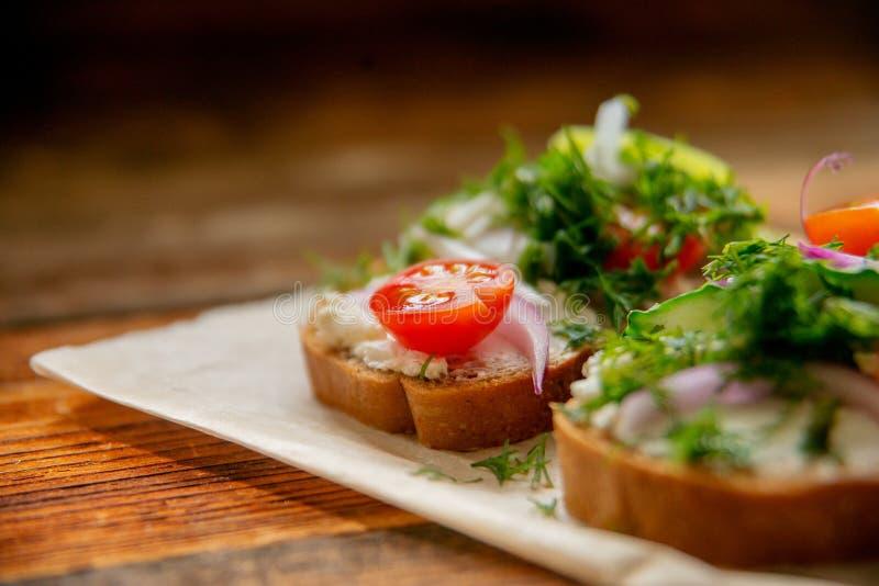 Panino sano con formaggio, ravanello del giardino - cibo sano immagine stock libera da diritti