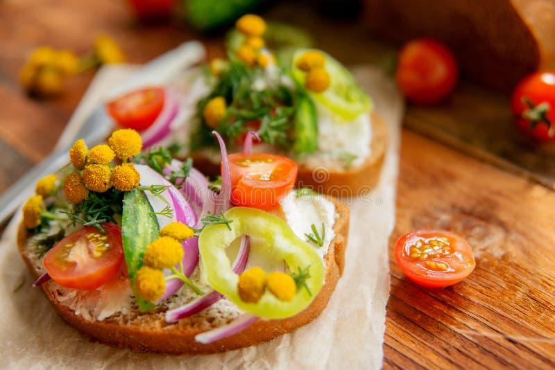 Panino sano con formaggio, ravanello del giardino - cibo sano fotografie stock