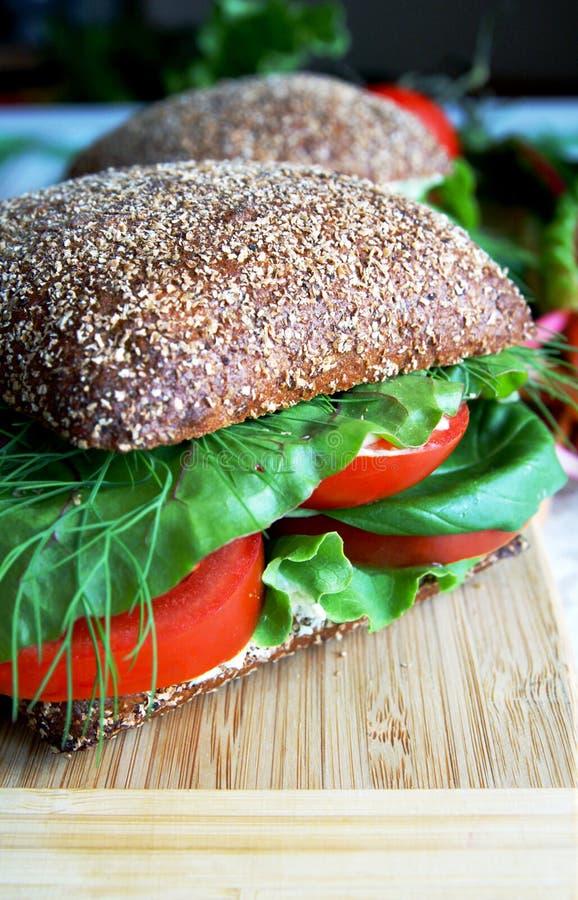 Panino sano del pane di segale con il pomodoro immagine stock