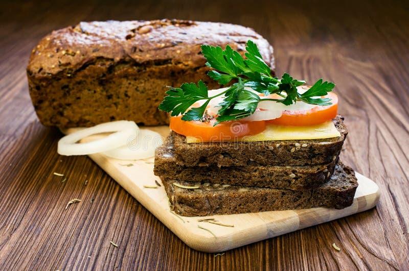 Panino vegetariano con formaggio ed i pomodori fotografie stock
