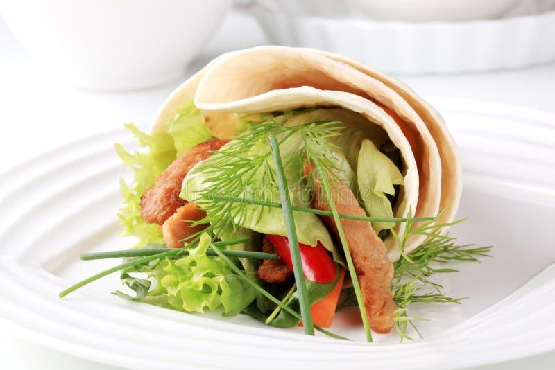 Panino vegetariano dell'involucro fotografia stock