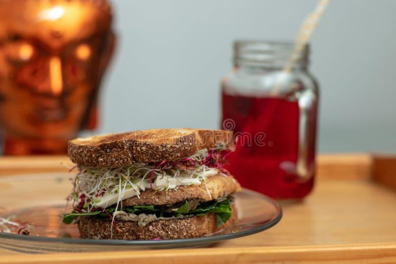 Panino vegetariano e tè di rinfresco dell'ibisco fotografie stock
