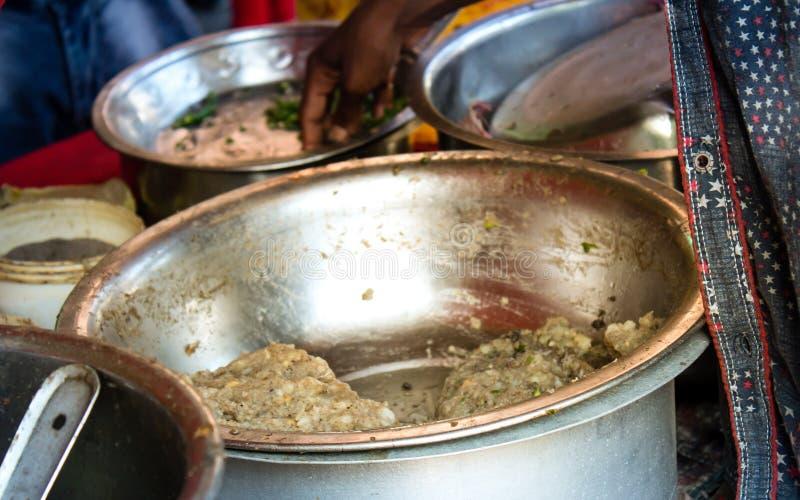 Panipuri, mezcla de Golgappa Un bocado de la calle del kolkata consiste en un puri redondo, hueco, patata a la inglesa frita y ll imagenes de archivo