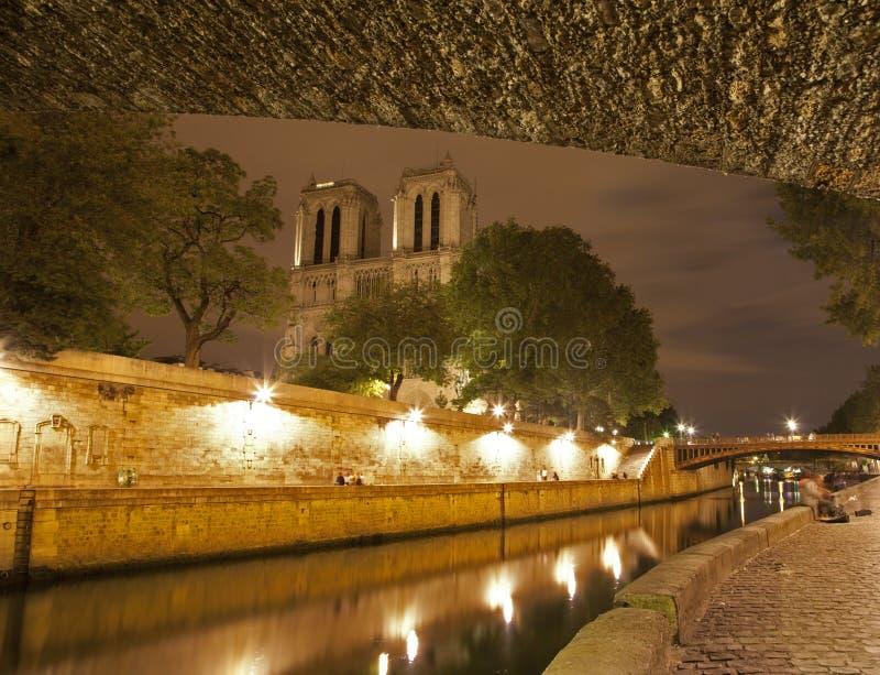 Download Paniusi Notre Paris Brzeg Rzeki Zdjęcie Royalty Free - Obraz: 20502895
