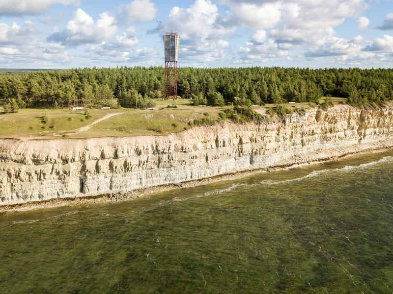 Pank costero del Panga del acantilado y del faro del Panga, isla de Saaremaa, cerca de Kuressaare, Estonia Escarpa Norte-estonia  imágenes de archivo libres de regalías