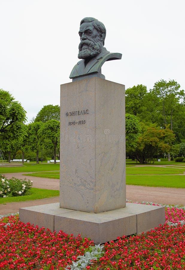 Pank skulptur av Friedrich Engels på en sockel i St Peters royaltyfria foton