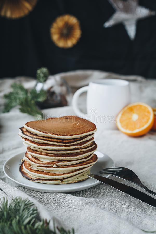 Pankaces pour le petit déjeuner est une idée très bonne : photos stock