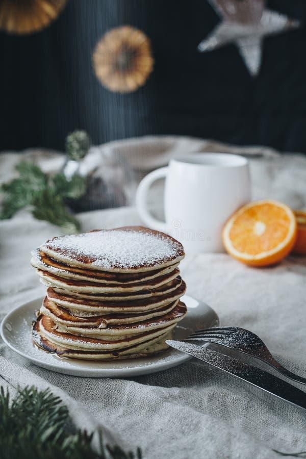 Pankaces zum Frühstück ist eine sehr gute Idee, especvially mit Zuckerpulver: lizenzfreies stockbild