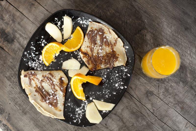 pankakes i sok pomarańczowy, rocznika drewniany tło fotografia royalty free