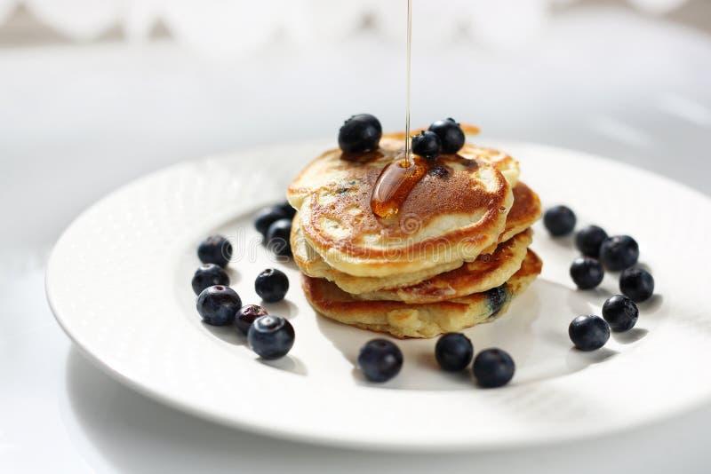 Pankcakes com uvas-do-monte e xarope de bordo Pequeno almo?o doce fotografia de stock