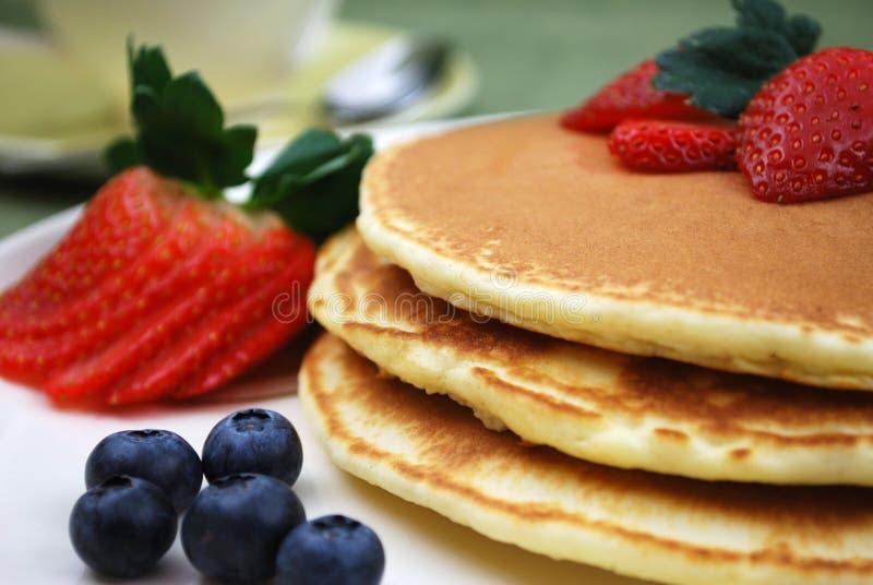 Pankcakes con Strwaberries y los arándanos foto de archivo