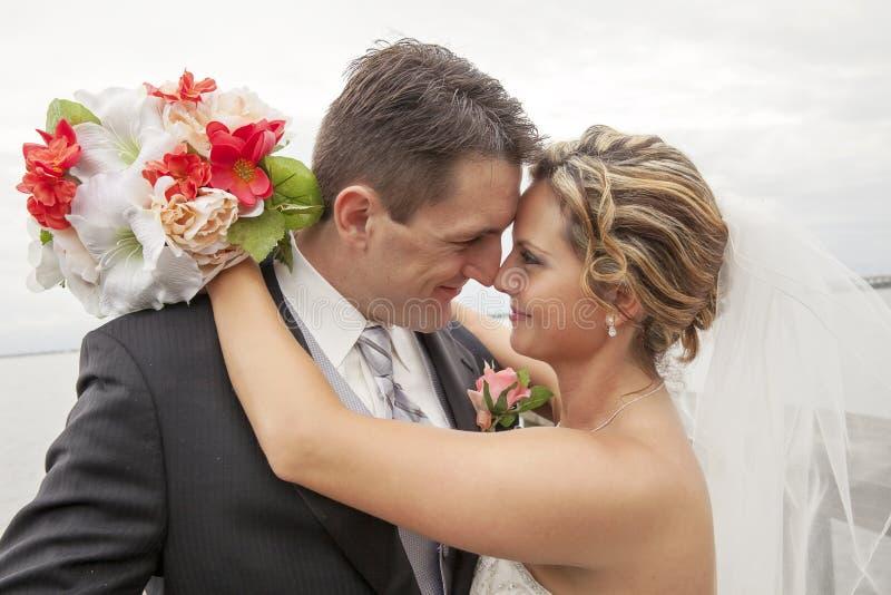 pannę młodą ceremonii ślub kościelny pana młodego obraz royalty free