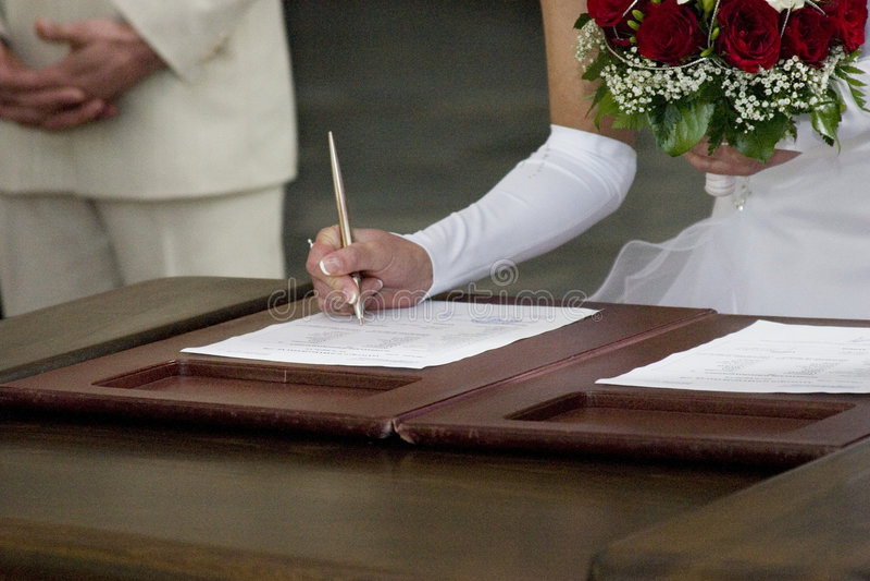 pannę młodą podpisywania kontraktu na ślub zdjęcia royalty free