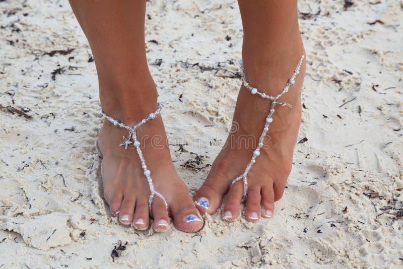 Pann młodych palec u nogi w piasku z bosymi sandałami fotografia stock