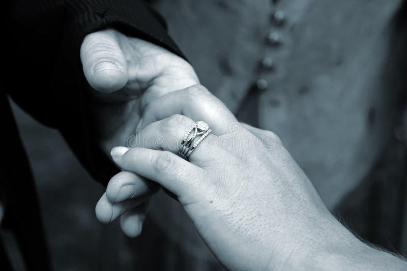 pann młodych ręki pierścionku ślub obrazy stock