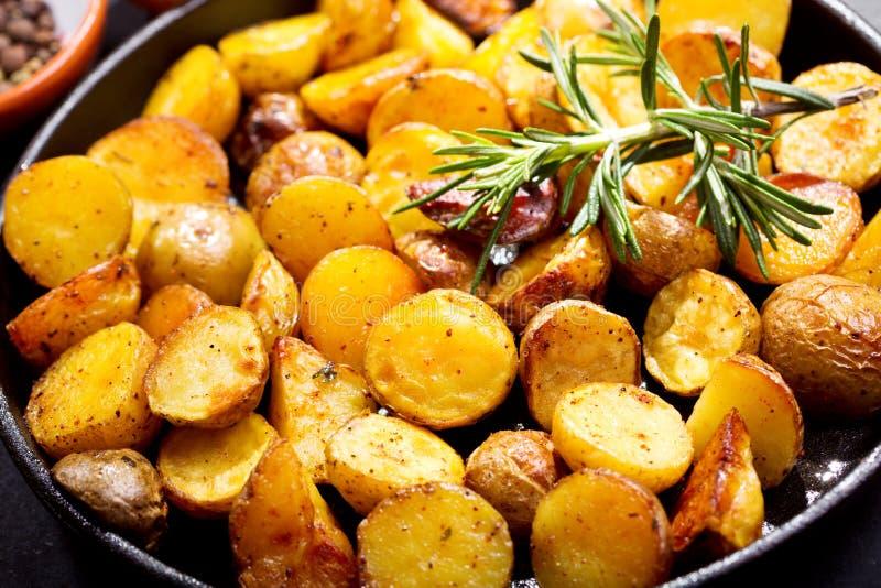Panna av grillade potatisar arkivbild