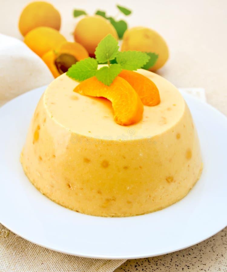 Panna-Cottaaprikose mit Minze und Früchten auf Serviette lizenzfreies stockfoto