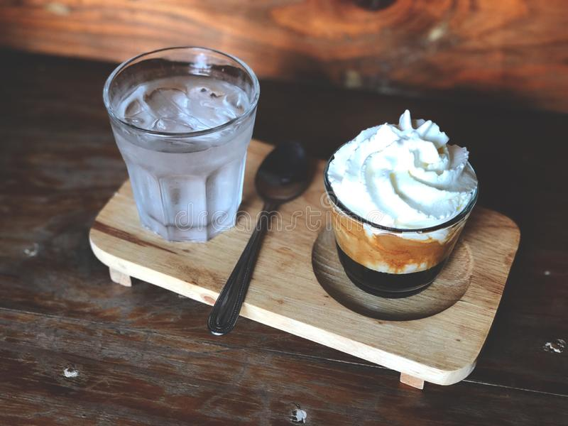 Panna de la estafa del café express, tiro simple o doble del café express rematado con crema azotada foto de archivo libre de regalías