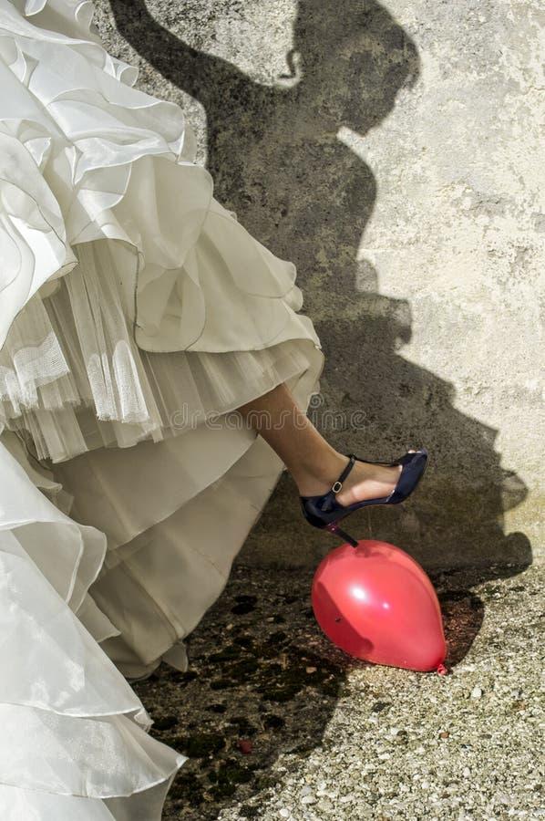 Panna młoda balonu dziura z piętą