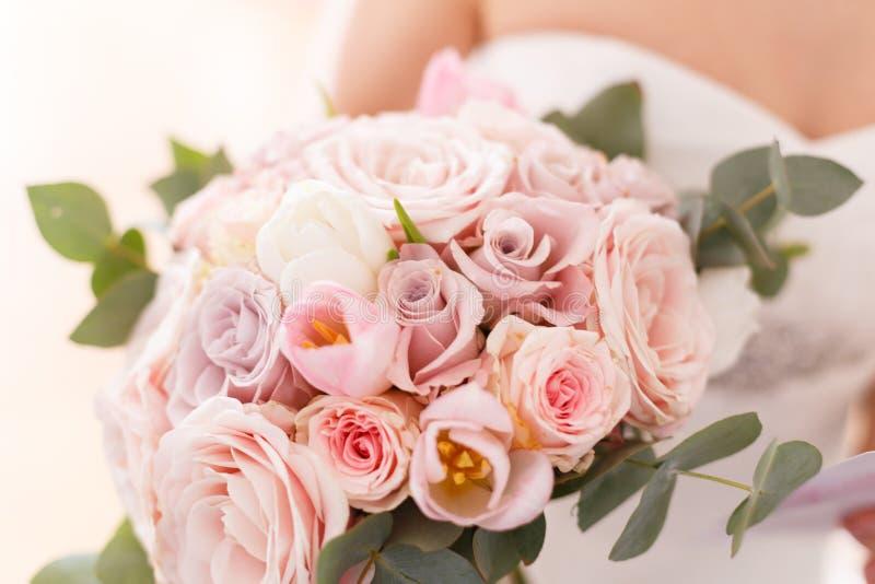 Panna młoda bukiet róże, tulipany i eukaliptus, obraz royalty free