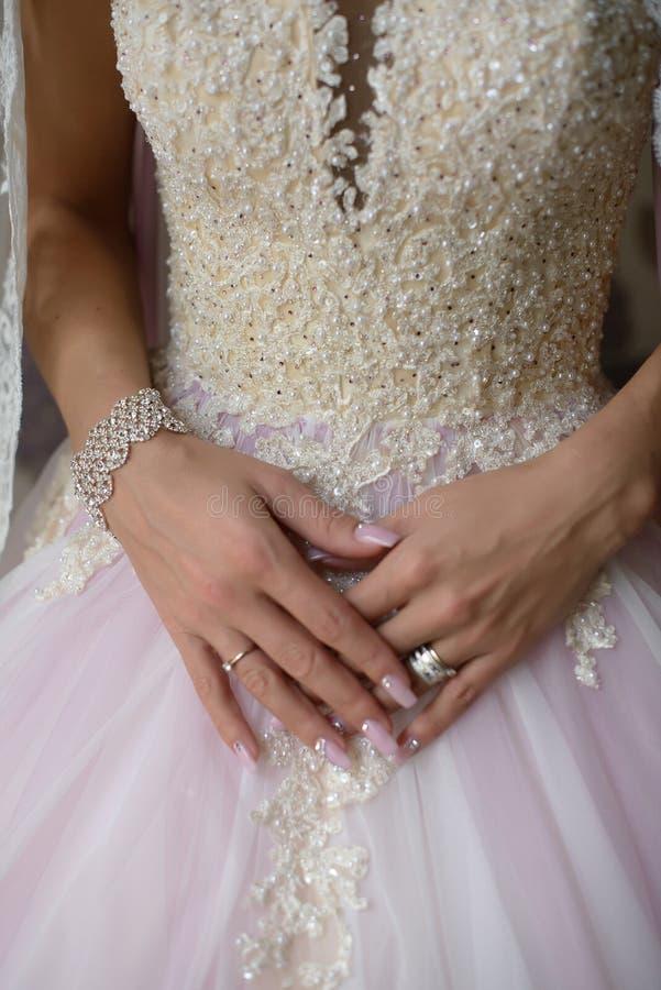 Panna młoda jest ubranym wyśmienitą ślubną suknię i luksusowych akcesoria przygotowywających dla dużego dnia, obraz royalty free