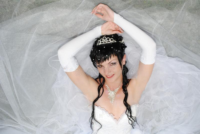 Panna młoda jest w ślubnej sukni zdjęcie stock