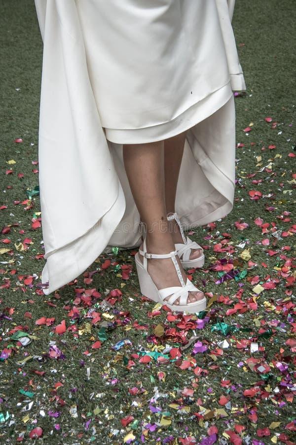 Panna młoda kuje kroczenie na confetti na podłodze zdjęcie stock