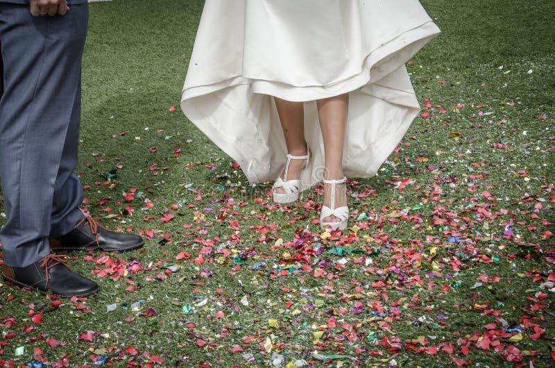 Panna młoda kuje kroczenie na confetti na podłodze obraz royalty free