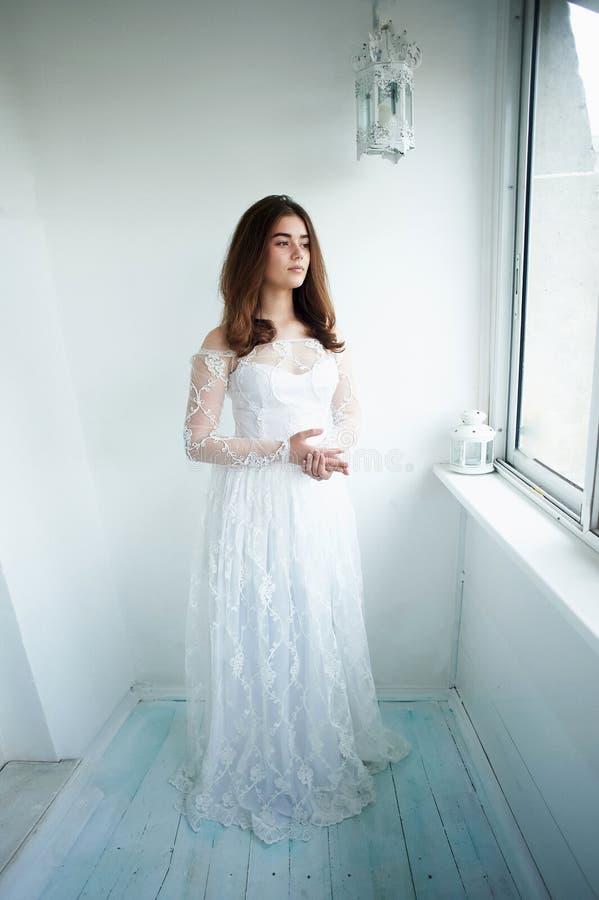 Panna młoda na białym tle w białej koronki sukni naturalny piękny piękno Lekki makeup i luźny włosy naturalny obraz royalty free