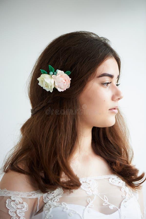 Panna młoda na białym tle w białej koronki sukni naturalny piękny piękno Lekki makeup i luźny włosy naturalny zdjęcie royalty free