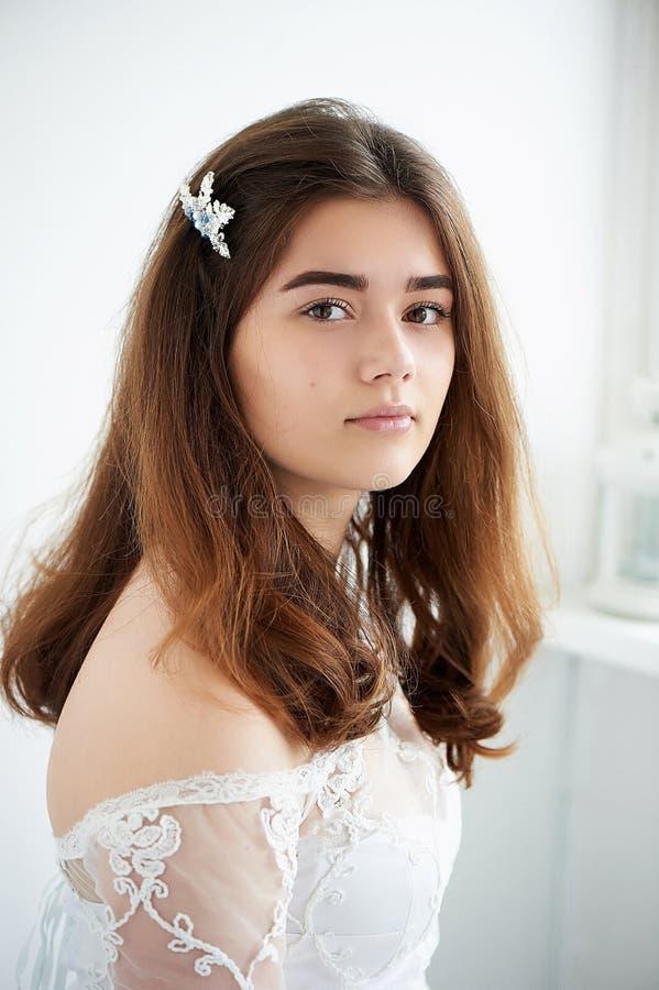 Panna młoda na białym tle w białej koronki sukni naturalny piękny piękno Lekki makeup i luźny włosy naturalny zdjęcia royalty free